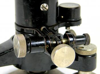 The horizontal drive screw and clamping mechanism.