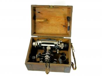 The Carl Zeiss Nivellier I came in its original case that can be locked using the original key.