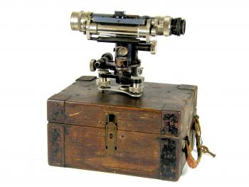 The Carl Zeiss Nivellier I on top of its original case.