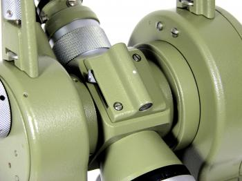 The lower optical bead has a lever to turn the internal mirror for reticle illumination.